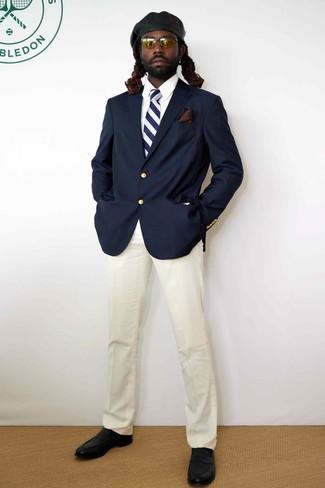 Cómo combinar: mocasín de cuero negro, pantalón de vestir blanco, camisa de vestir blanca, blazer azul marino