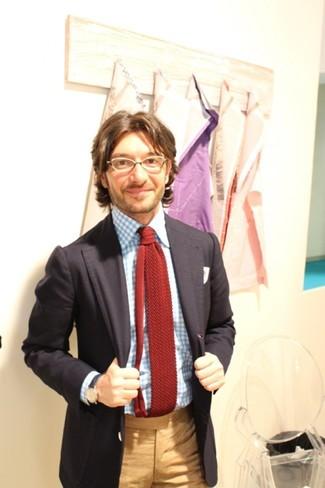 Cómo combinar: corbata de punto burdeos, pantalón de vestir marrón claro, camisa de vestir de cuadro vichy celeste, blazer negro