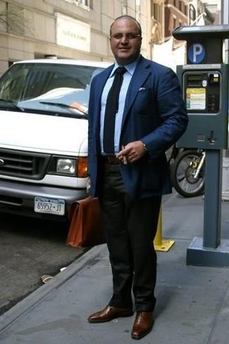 Combinar una corbata de punto azul marino: Opta por un blazer azul marino y una corbata de punto azul marino para rebosar clase y sofisticación. Complementa tu atuendo con zapatos oxford de cuero marrónes.