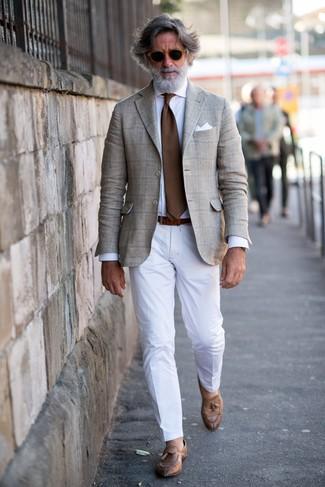 Cómo combinar: mocasín con borlas de cuero marrón, pantalón de vestir blanco, camisa de vestir blanca, blazer de tartán en beige