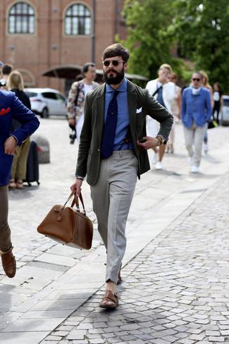 Cómo combinar: zapatos con doble hebilla de cuero marrónes, pantalón de vestir gris, camisa de vestir a lunares azul, blazer verde oscuro