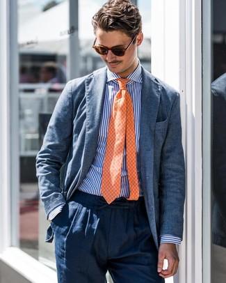 Cómo combinar: corbata a cuadros naranja, pantalón de vestir de lino azul marino, camisa de vestir de rayas verticales en blanco y azul, blazer azul