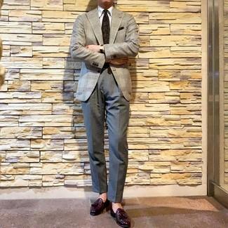 Cómo combinar: mocasín con borlas de cuero morado oscuro, pantalón de vestir gris, camisa de vestir blanca, blazer de pata de gallo gris