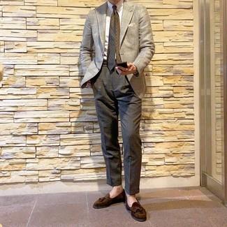Cómo combinar: mocasín con borlas de ante en marrón oscuro, pantalón de vestir en gris oscuro, camisa de vestir blanca, blazer de pata de gallo en beige