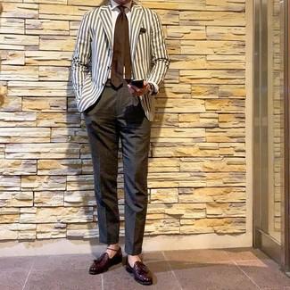 Cómo combinar: mocasín con borlas de cuero burdeos, pantalón de vestir en gris oscuro, camisa de vestir blanca, blazer de rayas verticales en beige