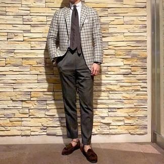 Look de moda: Mocasín con borlas de ante en marrón oscuro, Pantalón de vestir en marrón oscuro, Camisa de vestir blanca, Blazer de cuadro vichy blanco