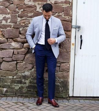 Cómo combinar: mocasín de cuero burdeos, pantalón de vestir azul marino, camisa de vestir blanca, blazer celeste