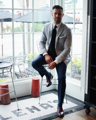 Cómo combinar: mocasín de cuero burdeos, pantalón de vestir azul marino, camisa de vestir blanca, blazer gris