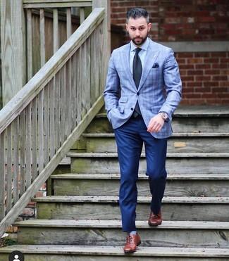 Cómo combinar: zapatos oxford de cuero marrónes, pantalón de vestir azul marino, camisa de vestir celeste, blazer de tartán celeste
