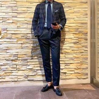 Combinar un pañuelo de bolsillo celeste: Usa un blazer de tartán azul marino y un pañuelo de bolsillo celeste transmitirán una vibra libre y relajada. Con el calzado, sé más clásico y elige un par de mocasín con borlas de cuero negro.