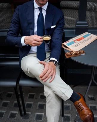 Cómo combinar: zapatos oxford de cuero marrónes, pantalón de vestir en beige, camisa de vestir blanca, blazer azul marino