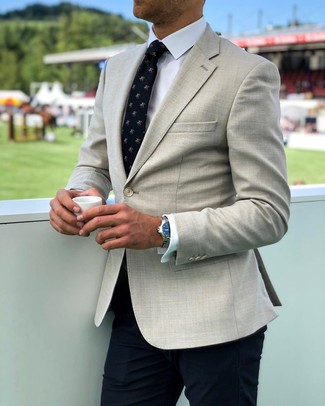 Cómo combinar: corbata estampada azul marino, pantalón de vestir azul marino, camisa de vestir blanca, blazer en beige