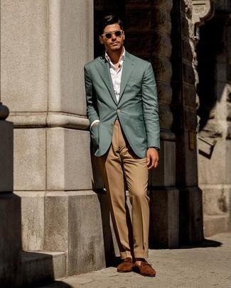 Cómo combinar: mocasín de ante en tabaco, pantalón de vestir marrón claro, camisa de vestir blanca, blazer en verde azulado