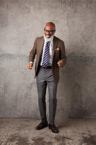 Cómo combinar: zapatos derby de cuero en marrón oscuro, pantalón de vestir de lana gris, camisa de vestir blanca, blazer de tartán marrón