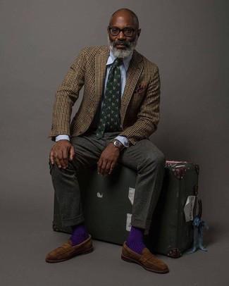 Combinar un pañuelo de bolsillo en marrón oscuro: Un blazer de lana de cuadro vichy marrón y un pañuelo de bolsillo en marrón oscuro son una opción práctica para el fin de semana. ¿Te sientes valiente? Complementa tu atuendo con mocasín de ante marrón.