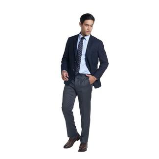 Cómo combinar: zapatos derby de cuero en marrón oscuro, pantalón de vestir en gris oscuro, camisa de vestir celeste, blazer azul marino