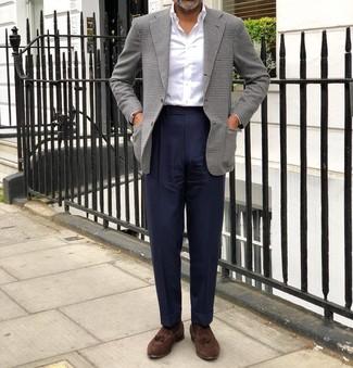 Cómo combinar: mocasín con borlas de ante marrón, pantalón de vestir azul marino, camisa de vestir blanca, blazer de pata de gallo gris