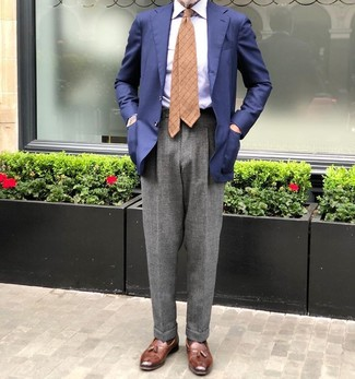Cómo combinar: mocasín con borlas de cuero marrón, pantalón de vestir de lana gris, camisa de vestir de rayas verticales celeste, blazer azul marino