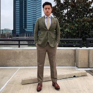 Cómo combinar: zapatos derby de cuero marrónes, pantalón de vestir marrón, camisa de vestir celeste, blazer de lana verde oliva