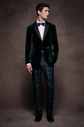 Outfits hombres: Intenta ponerse un blazer de terciopelo verde oscuro y un pantalón de vestir de tartán en azul marino y verde para un perfil clásico y refinado. Este atuendo se complementa perfectamente con zapatos derby de cuero negros.