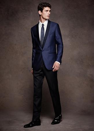 Cómo combinar: zapatos derby de cuero negros, pantalón de vestir negro, camisa de vestir blanca, blazer de satén azul marino