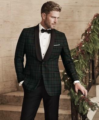Cómo combinar: corbatín negro, pantalón de vestir negro, camisa de vestir blanca, blazer de tartán verde oscuro