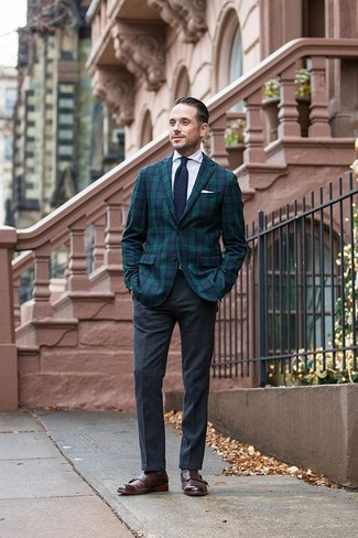 Cómo combinar: zapatos con doble hebilla de cuero en marrón oscuro, pantalón de vestir de lana en gris oscuro, camisa de vestir blanca, blazer de tartán en azul marino y verde