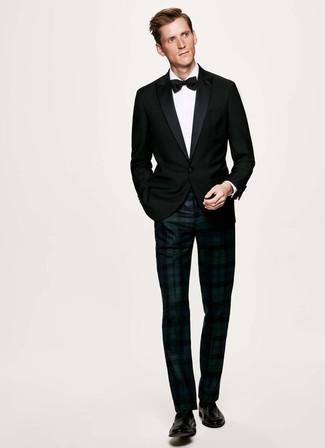 Cómo combinar: mocasín de cuero negro, pantalón de vestir de tartán en azul marino y verde, camisa de vestir blanca, blazer negro