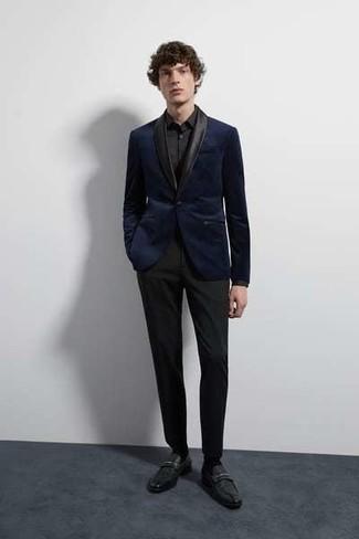 Cómo combinar: mocasín de cuero negro, pantalón de vestir negro, camisa de vestir negra, blazer de terciopelo azul marino