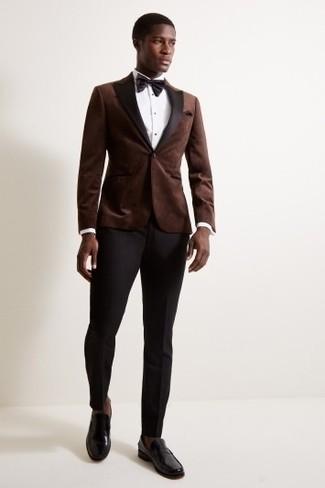Cómo combinar: mocasín de cuero negro, pantalón de vestir negro, camisa de vestir blanca, blazer de terciopelo en marrón oscuro