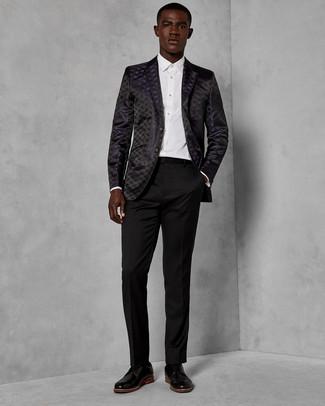 Cómo combinar: zapatos derby de cuero negros, pantalón de vestir negro, camisa de vestir blanca, blazer de brocado negro