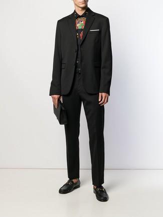Cómo combinar: mocasín de cuero negro, pantalón de vestir negro, camisa de vestir estampada negra, blazer negro