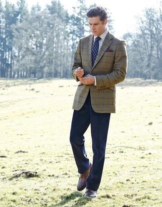 Combinar una corbata estampada azul marino: Empareja un blazer a cuadros verde oliva con una corbata estampada azul marino para rebosar clase y sofisticación. Zapatos brogue de cuero marrónes son una opción atractiva para completar este atuendo.