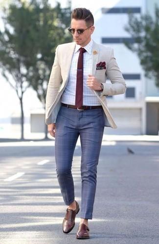 Combinar un blazer en beige: Considera emparejar un blazer en beige junto a un pantalón de vestir a cuadros azul para rebosar clase y sofisticación. Zapatos con doble hebilla de cuero marrónes son una opción excelente para complementar tu atuendo.