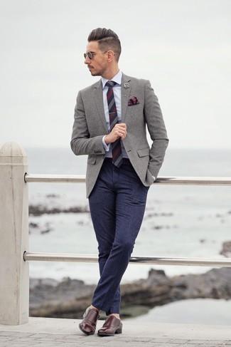 Outfits hombres: Considera ponerse un blazer de lana gris y un pantalón de vestir de lana azul marino para una apariencia clásica y elegante. Zapatos con doble hebilla de cuero burdeos son una opción inmejorable para complementar tu atuendo.