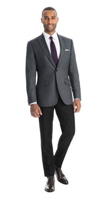 Combinar un pantalón de vestir negro: Intenta combinar un blazer a cuadros en gris oscuro con un pantalón de vestir negro para un perfil clásico y refinado. Con el calzado, sé más clásico y complementa tu atuendo con zapatos oxford de cuero en marrón oscuro.