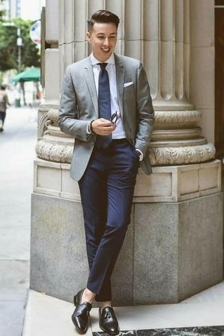 Combinar un blazer gris: Algo tan simple como optar por un blazer gris y un pantalón de vestir azul marino puede distinguirte de la multitud. Completa el look con mocasín con borlas de cuero negro.