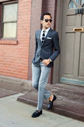 Combinar un blazer en gris oscuro en clima cálido: Utiliza un blazer en gris oscuro y un pantalón de vestir gris para una apariencia clásica y elegante. Mocasín de cuero tejido negro son una opción práctica para complementar tu atuendo.