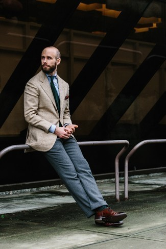 Outfits hombres estilo elegante: Elige un blazer de espiguilla en beige y un pantalón de vestir de lana gris para una apariencia clásica y elegante. Completa el look con zapatos brogue de cuero burdeos.