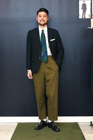 Combinar unos zapatos oxford de cuero: Opta por un blazer verde oscuro y un pantalón de vestir verde oliva para una apariencia clásica y elegante. Complementa tu atuendo con zapatos oxford de cuero.