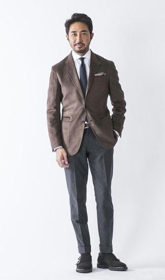 Combinar un blazer de lana en marrón oscuro: Ponte un blazer de lana en marrón oscuro y un pantalón de vestir de lana en gris oscuro para rebosar clase y sofisticación. Zapatos con doble hebilla de ante negros son una opción inigualable para complementar tu atuendo.
