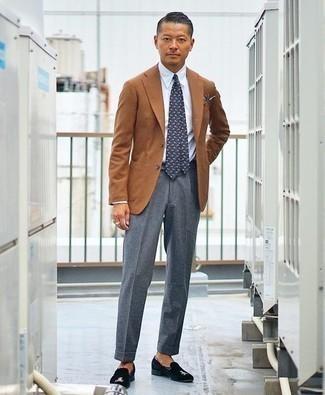 Combinar un pañuelo de bolsillo azul marino: Un blazer en tabaco y un pañuelo de bolsillo azul marino son una opción grandiosa para el fin de semana. Con el calzado, sé más clásico y elige un par de mocasín de terciopelo bordado negro.