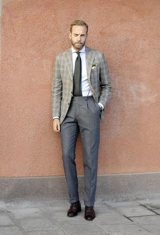Combinar un blazer de lana de tartán gris: Ponte un blazer de lana de tartán gris y un pantalón de vestir de lana gris para un perfil clásico y refinado. Zapatos brogue de cuero burdeos son una opción buena para completar este atuendo.