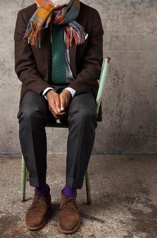 Combinar un blazer de lana en marrón oscuro: Intenta combinar un blazer de lana en marrón oscuro con un pantalón de vestir en gris oscuro para rebosar clase y sofisticación. ¿Quieres elegir un zapato informal? Opta por un par de botas safari de ante marrónes para el día.