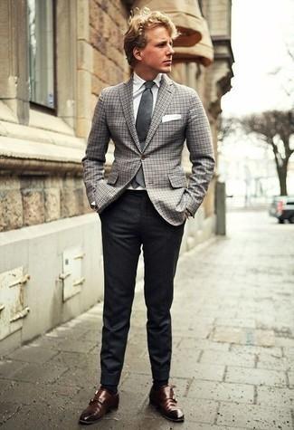 Combinar un blazer de pata de gallo gris: Elige un blazer de pata de gallo gris y un pantalón de vestir en gris oscuro para una apariencia clásica y elegante. Zapatos con doble hebilla de cuero en marrón oscuro son una opción estupenda para complementar tu atuendo.