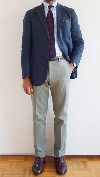 Combinar unos calcetines de rayas horizontales azul marino: Un blazer azul marino y unos calcetines de rayas horizontales azul marino son una opción grandiosa para el fin de semana. Con el calzado, sé más clásico y complementa tu atuendo con mocasín con borlas de cuero burdeos.