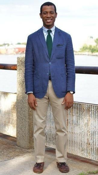 Combinar una corbata verde oscuro: Opta por un blazer azul y una corbata verde oscuro para rebosar clase y sofisticación. ¿Quieres elegir un zapato informal? Elige un par de náuticos de cuero marrónes para el día.