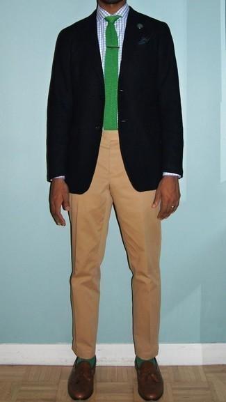 Combinar un pañuelo de bolsillo azul marino: Haz de un blazer negro y un pañuelo de bolsillo azul marino tu atuendo transmitirán una vibra libre y relajada. Mocasín con borlas de cuero marrón añaden la elegancia necesaria ya que, de otra forma, es un look simple.