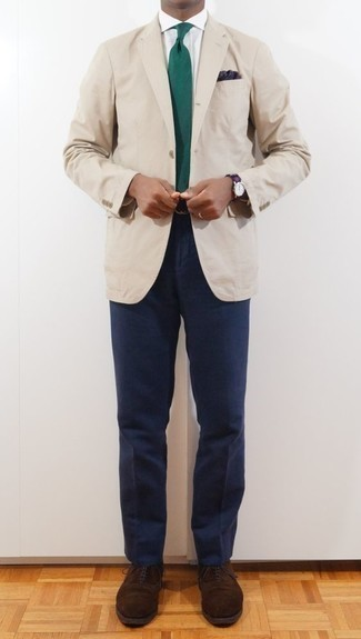 Combinar un pañuelo de bolsillo azul marino: Para un atuendo tan cómodo como tu sillón considera ponerse un blazer en beige y un pañuelo de bolsillo azul marino. Usa un par de zapatos oxford de ante en marrón oscuro para mostrar tu inteligencia sartorial.