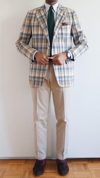 Combinar una corbata verde oscuro: Elige un blazer de tartán en blanco y azul y una corbata verde oscuro para rebosar clase y sofisticación. Mocasín de ante en marrón oscuro son una opción grandiosa para completar este atuendo.